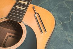Chitarra acustica e diapason immagine stock