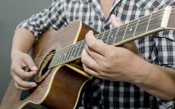 Chitarra acustica - giocando fotografia stock