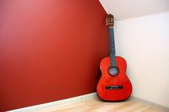 Chitarra acustica nell'angolo della sala Immagini Stock Libere da Diritti