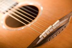 Chitarra acustica - ponticello immagini stock libere da diritti