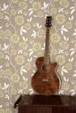 Chitarra acustica retro sulla carta da parati dell'annata 60s Fotografia Stock Libera da Diritti