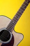 Chitarra acustica su Bk giallo Fotografia Stock Libera da Diritti