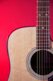 Chitarra acustica su Bk rosso Immagini Stock