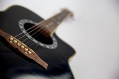 Chitarra acustica su priorità bassa bianca Immagini Stock
