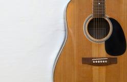 Chitarra acustica su una parete bianca strutturata immagine stock libera da diritti