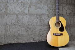Chitarra acustica sulla parete del blocco Immagini Stock Libere da Diritti