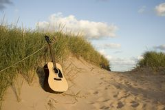 Chitarra alla spiaggia Fotografia Stock Libera da Diritti