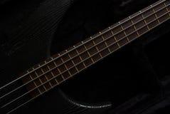 Chitarra bassa sul nero Fotografie Stock Libere da Diritti