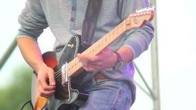 Chitarra che gioca musicista, chitarrista maschio di concerto di giorno in scena video d archivio