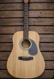 Chitarra che mette su legno Immagini Stock