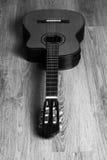Chitarra classica acustica su un pavimento di legno Immagini Stock