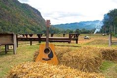 Chitarra classica che si trova davanti alla natura fotografia stock libera da diritti