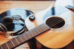 Chitarra classica con le cuffie su un fondo di legno Immagini Stock