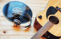 Chitarra classica con le cuffie su un fondo di legno Fotografie Stock Libere da Diritti