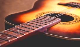 Chitarra classica del fretboard e delle corde di legno della parte Fotografie Stock