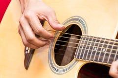 Chitarra del gioco del musicista fotografia stock