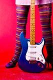 Chitarra del pulcino del Hippie Immagine Stock