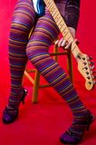 Chitarra del pulcino del Hippie fotografie stock