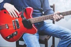 Chitarra della mano dell'uomo immagine stock