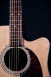 Chitarra di Acustic isolata sul nero Fotografia Stock Libera da Diritti