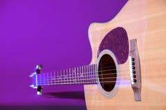 Chitarra di Acustic isolata sull'azzurro Immagini Stock
