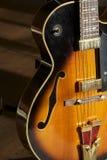 Chitarra di jazz sul basamento Fotografie Stock Libere da Diritti