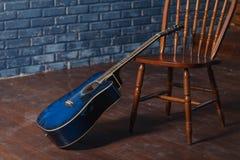 Chitarra di legno classica sulle sedie Immagini Stock