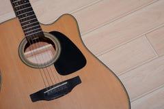 Chitarra disposta su di legno un fondo Fotografie Stock