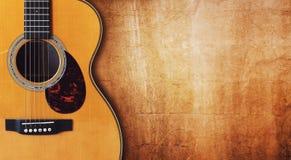 Chitarra e fondo in bianco di lerciume Fotografia Stock
