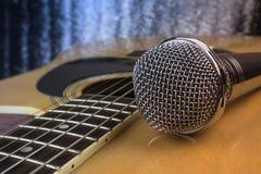 Chitarra e un microfono fotografia stock libera da diritti