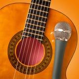 Chitarra e un microfono Immagine Stock Libera da Diritti