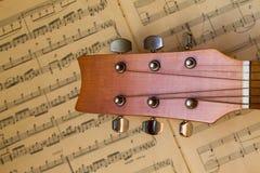 Chitarra e vecchie note musicali Immagini Stock Libere da Diritti