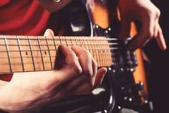 Chitarra elettrica, chitarrista, roccia del musicista Strumento musicale Chitarre, corde Concetto di musica Chitarra acustica Gio immagini stock libere da diritti