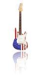Chitarra elettrica con la riflessione, bandiera degli Stati Uniti, fondo bianco Immagine Stock