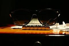 Chitarra elettrica d'annata con gli occhiali da sole su fondo nero immagini stock libere da diritti