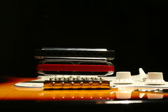 Chitarra elettrica d'annata con l'armonica su fondo nero immagini stock libere da diritti