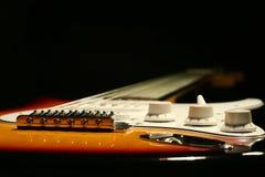 Chitarra elettrica d'annata su fondo nero Fotografia Stock