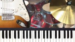 Chitarra elettrica della tastiera di piano e instrume dorato di musica del piatto Immagine Stock Libera da Diritti