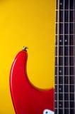 Chitarra elettrica rossa isolata su colore giallo Immagine Stock