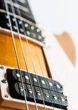 Chitarra elettrica su priorità bassa bianca Fotografie Stock