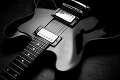 Chitarra elettrica sul bw posteriore Fotografia Stock Libera da Diritti