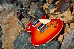 Chitarra elettrica sulle rocce Immagine Stock Libera da Diritti