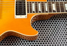 Chitarra elettrica vicina su sulla superficie di metallo Fotografia Stock Libera da Diritti