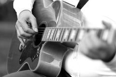 Chitarra enorme nelle mani di un musicista Fotografie Stock