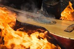 Chitarra in fiamma sul falò fotografie stock libere da diritti