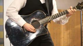 Chitarra nera acustica che gioca, colpo alto vicino archivi video