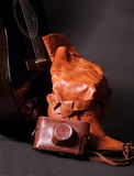 Chitarra nera e scarpe e macchina fotografica rosse Immagine Stock Libera da Diritti