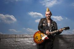 Chitarra punk della holding. Fotografie Stock