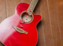 Chitarra rossa con i cuori, note di amore sulle corde Fotografie Stock Libere da Diritti