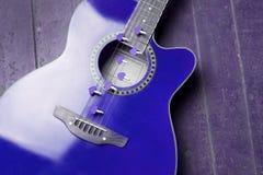 Chitarra rossa con i cuori, note di amore sulle corde Immagine Stock Libera da Diritti